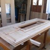 Fabrication de porte d'entrée en mélèze